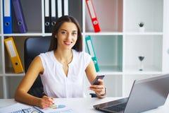 企业例证JPG人向量 妇女画象在办公室 免版税库存图片