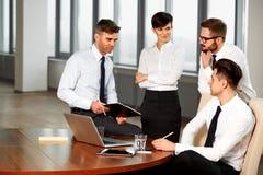 企业例证JPG人向量 成功的商务伙伴谈论项目 T 库存图片