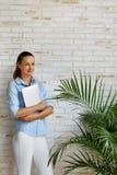 企业例证JPG人向量 拿着便携式计算机的微笑的妇女 自由职业者 库存图片