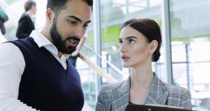 企业例证JPG人向量 男人和妇女谈话在工作在办公室 股票视频
