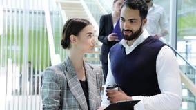 企业例证JPG人向量 男人和妇女谈话在工作在办公室 影视素材