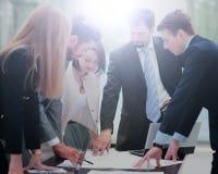 企业例证JPG人向量 研究他们的企业项目的企业队 库存图片