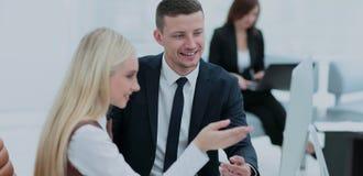 企业例证JPG人向量 研究他们的企业项目的企业队 免版税库存照片