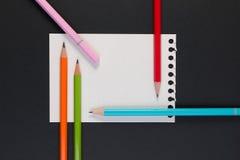 企业便条纸特写镜头  空白的便条纸的模板与文本和笔记的五颜六色的铅笔 免版税库存照片