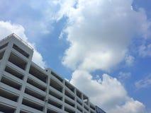 企业修造用蓝天的停车场在晴天 免版税库存图片