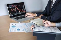 企业关于见面的队讨论对成交计划的投资贸易项目和战略在一间证券交易所的与伙伴, 库存图片