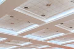 企业内部办公楼和光氖天花板石膏  与拷贝空间的样式黑白照片 免版税库存照片