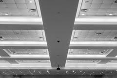 企业内部办公楼和光氖天花板  与拷贝空间的样式黑白照片增加文本 库存图片