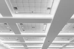 企业内部办公楼和光氖天花板  与拷贝空间的样式黑白照片 库存照片