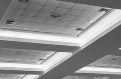 企业内部办公楼和光氖天花板  与拷贝空间的样式黑白照片 库存图片