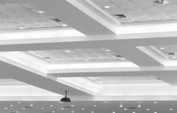 企业内部办公楼和光氖天花板  与拷贝空间的样式黑白照片 图库摄影