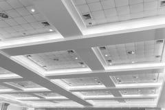 企业内部办公楼和光氖天花板  与拷贝空间的样式黑白照片 免版税库存图片