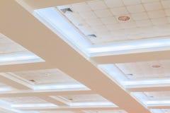 企业内部办公楼和光氖天花板  与拷贝空间的样式黑白照片 免版税库存照片