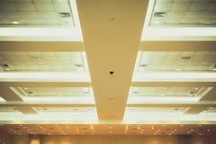 企业内部办公楼和光氖天花板  葡萄酒与拷贝空间的样式口气增加文本 免版税图库摄影