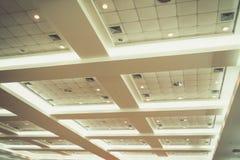 企业内部办公楼和光氖天花板  葡萄酒与拷贝空间的样式口气增加文本 库存图片