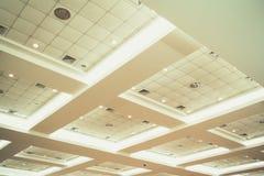 企业内部办公楼和光氖天花板  葡萄酒与拷贝空间的样式口气 库存照片