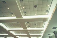 企业内部办公楼和光氖天花板  葡萄酒与拷贝空间的样式口气 图库摄影