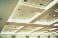 企业内部办公楼和光氖天花板  库存照片