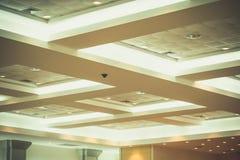 企业内部办公楼和光氖天花板  vin 免版税库存图片