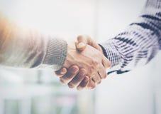 企业合作会议 照片两Businessmans手握手过程 以后成功的商人握手 库存图片