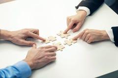 企业合作概念-商人` s连接的难题 免版税库存图片