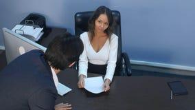 企业同事争论在办公室 库存照片