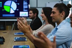 企业同事在会议的拍手 免版税图库摄影