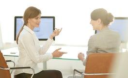 企业同事坐在您的书桌 企业概念 库存照片