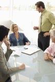 企业同事有讨论在会议桌上 免版税图库摄影