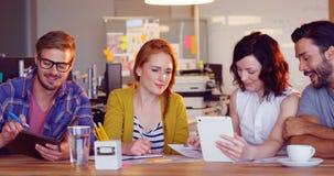 企业同事谈论在数字式片剂