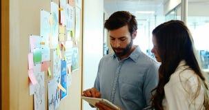 企业同事谈论在稠粘的笔记