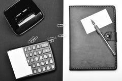 企业和工作概念 计算器、打孔器和组织者作为工作和企业概念 免版税库存照片