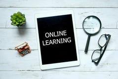 企业和教育概念、植物顶视图,放大镜、玻璃和平板电脑写与网上学会 库存图片