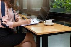 企业和财务概念,女实业家谈论销售分析图在咖啡店 免版税库存照片