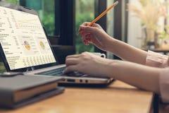 企业和财务概念,女实业家谈论销售分析图在咖啡店 库存图片