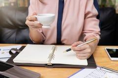 企业和财务概念,工作在咖啡店的女实业家 免版税库存图片