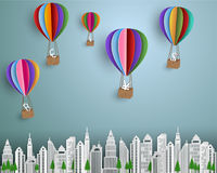 企业和财务概念,小组与漂浮在城市的五颜六色的热空气气球的货币符 库存照片