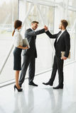 企业咖啡夫人人扩音机小组 握手在的成功的商务伙伴 免版税库存图片