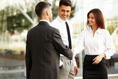 企业咖啡夫人人扩音机小组 握手沟通互相的人们 免版税库存图片