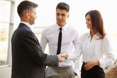 企业咖啡夫人人扩音机小组 握手沟通互相的人们 免版税库存照片