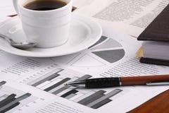 企业咖啡杯新闻 免版税库存图片
