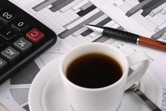 企业咖啡杯新闻 免版税库存照片