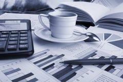 企业咖啡杯新闻 免版税图库摄影