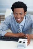 企业咨询他的生意人看板卡 免版税图库摄影