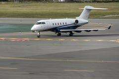 企业喷气机飞机或航空器在近机场aeroport终端停车处离开到来 库存照片