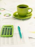 企业图形市场监控报表股票 会计科目表咖啡杯绘制文件 应计额 免版税图库摄影