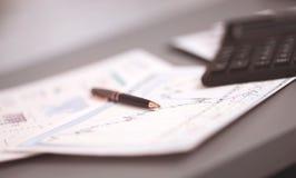 企业图表分析报告 生意人计算环境财务膝上型计算机工作场所 应计额 图库摄影