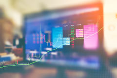 企业图表和投资贸易显示器的图象在金子贸易,股市,未来市场行情,石油市场的 免版税库存照片