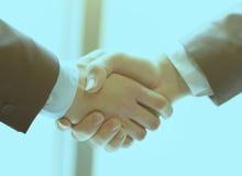 企业在两个同事之间的手震动特写镜头  免版税库存照片