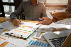 企业在工作的队手与财政计划和在木 库存图片